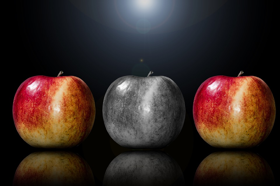 שלושה תפוחים, אחד יוצא דופן